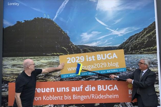 Roger Lewentz und Rainer Zeimentz (l.) schieben die Buga an. Foto: Innenministerium RLP