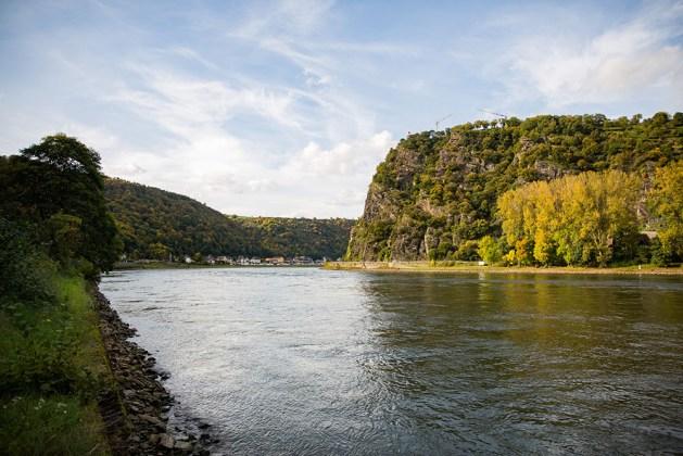 Loreley im Herbst. Wenn man genau hinschaut, sieht man die Baukräne auf dem Plateau. Foto: Romantischer Rhein Tourismus / Henry Tornow