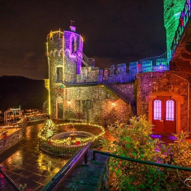 Burg Rheindstein in farbiger Adventsbeleuchtung.