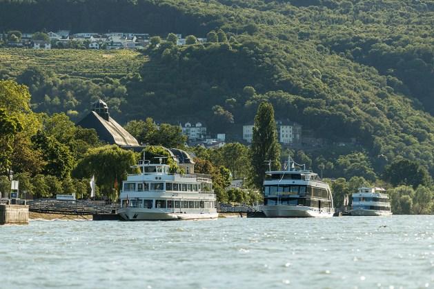 Binger Rheinufer mit 2 Schiffen.