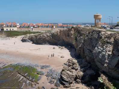 Ikke så fin strand for solbading, men ypperlig for å lufte hunder. Peniche, Portugal. Foto © RoyGabrielsen.com
