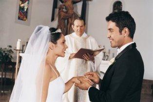 Bride-and-Groom-Exchange-Rings-in-Church-Ceremony_digitalVision_istock_thinkstock
