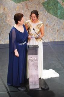 Lucía Regueiro, de branco, sorrí antes de ler o premio á mellor Serie de TV.