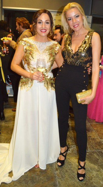 Con Lucía Regueiro, muy guapa con un vestido blanco y dorado.