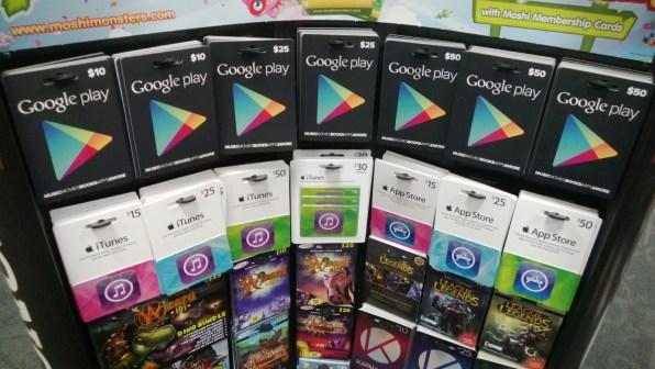 Anaqueles desbordados con tarjetas de regalo para iTunes y Google Play