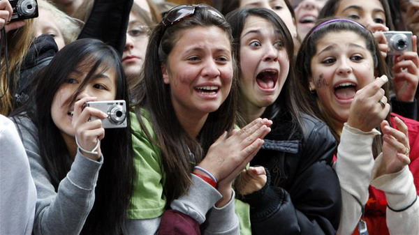 Fans of singer Justin Bieber scream as he performs on NBC's Today Show in New York, October 12, 2009   REUTERS/Shannon Stapleton