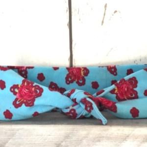 Lichtblauw haarbandje met bloemen