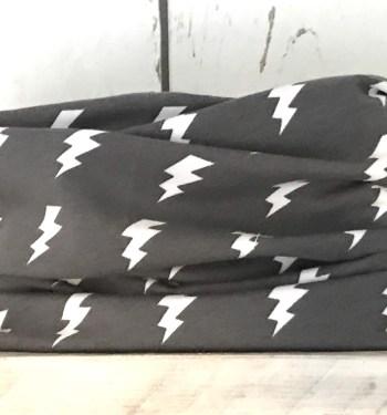 Donkergrijs colsjaaltje met bliksemschichten