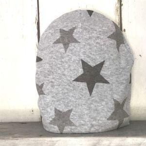 Grijs mutsje met grijze sterren