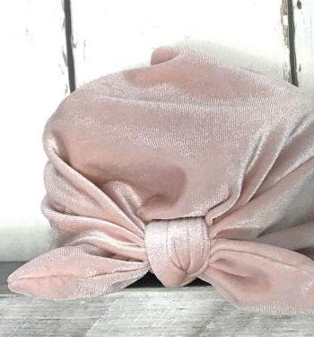 Zacht roze mutsje met strik