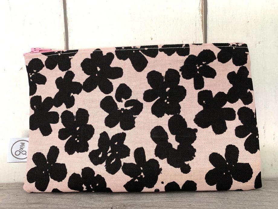Roze etui met zwarte bloemen