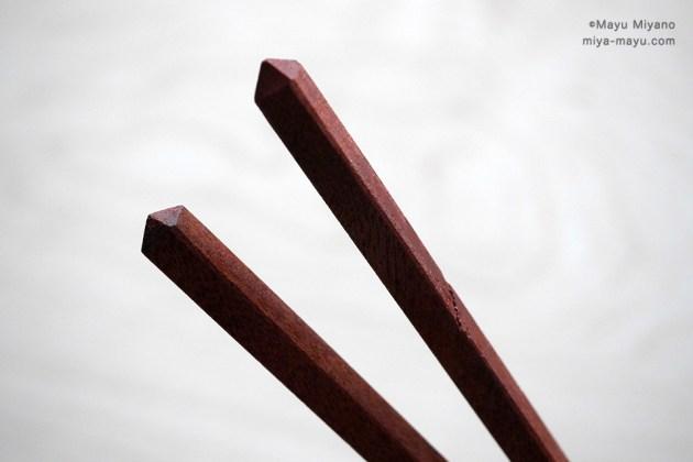箸の頭部分の細工。左がベテランの手によるもの