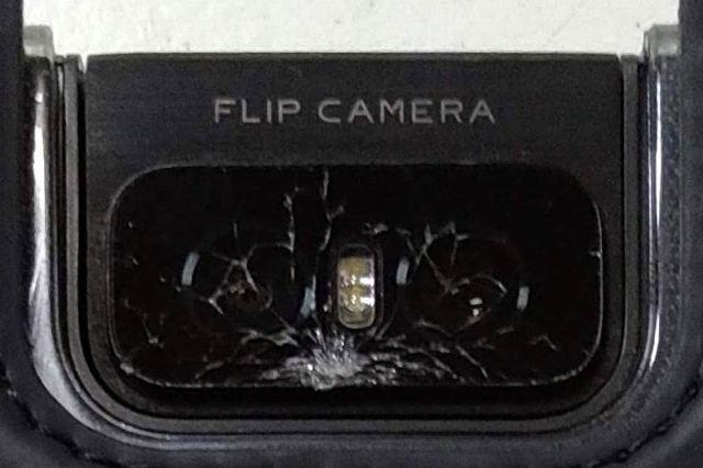 壊れたフリップカメラの様子