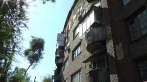 全体が半円形になってる建物(外側)