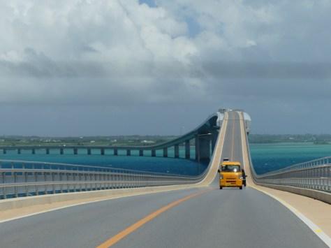 途中で道が曲がり、上り下りが複数ある伊良部大橋途中の風景