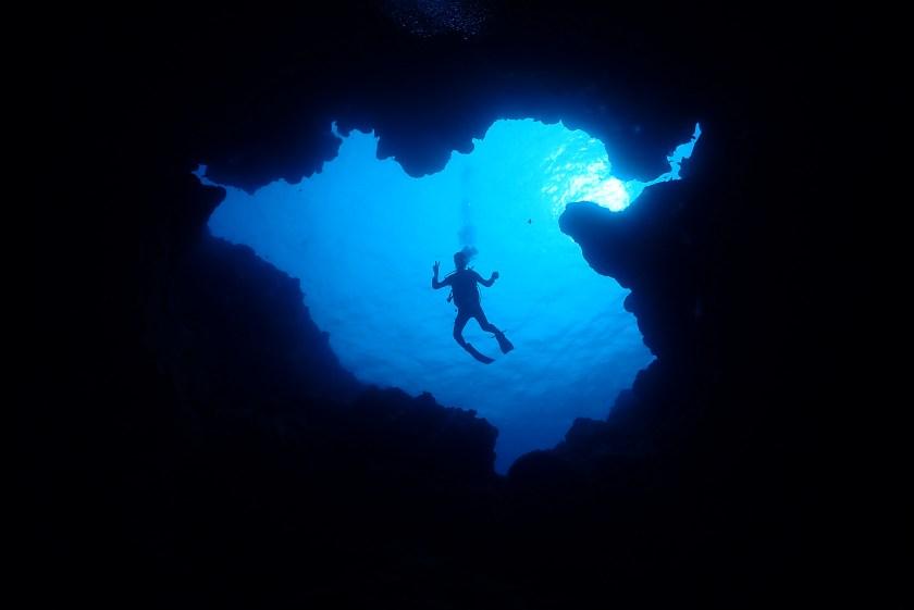 サンゴホール出口の浅瀬でポーズ