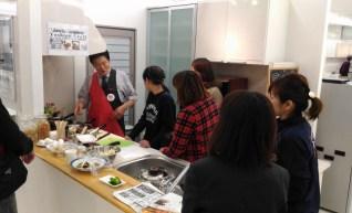 ヨシノクラフトさんによるIH調理実演。IH用の鍋選びにお悩みのお客様は興味津々。