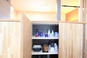 キッチン側も収納力にこだわり備え付けの棚にしました。