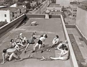 Mujeres boxeando en un tejado en 1938