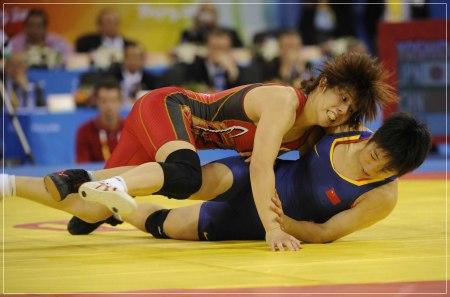 霊長類最強といわれた現役時代の女気がない吉田沙保里がレスリングの試合をしている画像