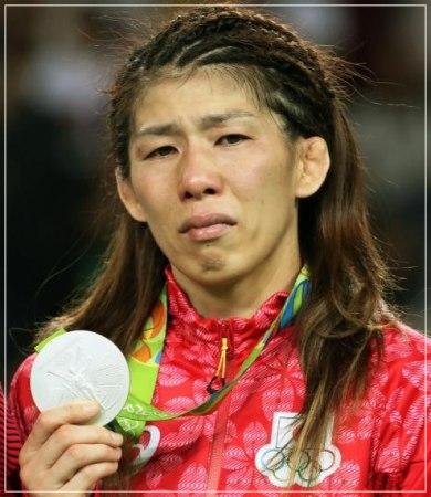 霊長類最強といわれた現役レスラー時代の女気が少し出てきて髪を伸ばしている頃の吉田沙保里がメダルを表彰式で銀メダルを片手に泣いている顔画像