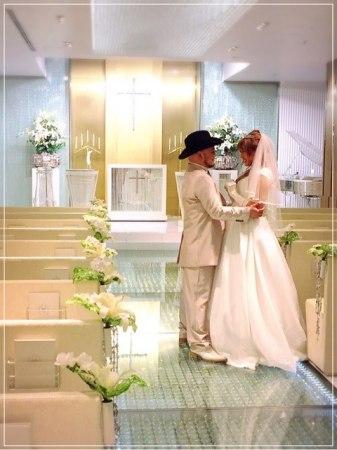 ハリウッドザコシショウと花嫁のチャペルでのウェディング姿の画像