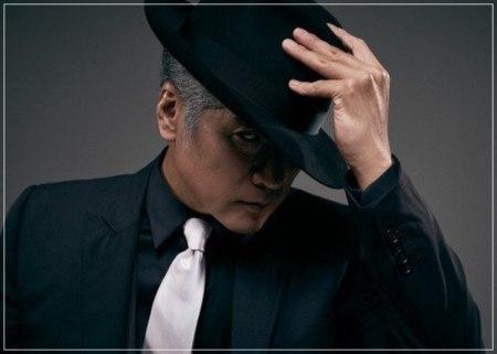 黒いスーツ姿に白髪・シルバーヘアが似合いすぎてかっこいい吉川晃司の画像