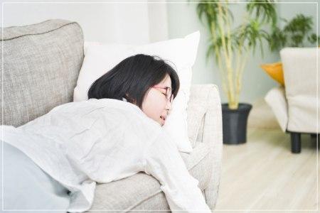 ソファでうなだれる学生の画像