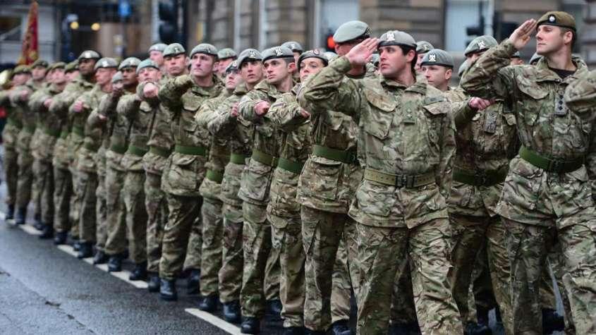 Spotyka się z facetem z armii brytyjskiej