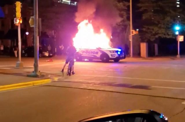 USA- Demonstranci Podpalają Radiowozy Policyjne,W Ten Sposób Protestują!