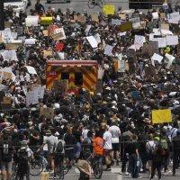 """Najnowsze: """"protestanci zbierają się w komendzie policji w Phoenix"""""""