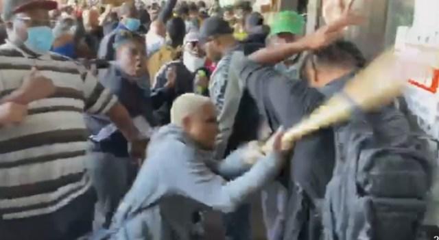 Czarni Mężczyźni chronią własność prywatną przed Protestującymi Wandalami