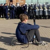 """Zdjęcie symbol """"Marszu o wolność"""". Policja użyła gazu i gumowych kul przeciw manifestantom [FOTO/WIDEO]  ☀Autor Gabi☀"""