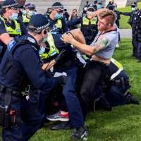 W Melbourne dantejskie sceny i protesty przeciwko lockdownowi. Co z Australian Open? Zobacz, co się działo obok miejsca, gdzie grają