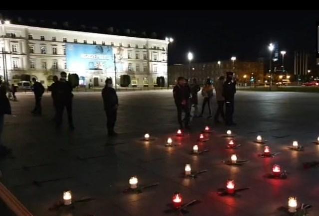 Akcja pod pomnikiem smoleńskim. Krzyże dla ofiar COVID-19
