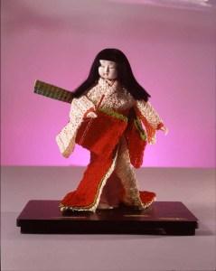 水引で作った着物を纏った日本人形の写真