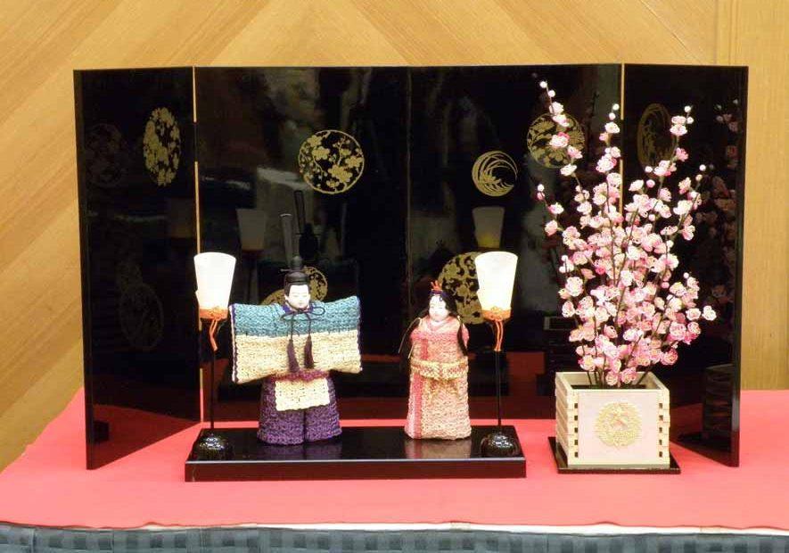 水引アート講師 大久保 君華 作 立雛・油灯一対、黒台 屏風・桃の花・鉢 「健やかにずーっと一緒!」写真