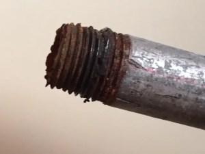 錆びてしまった鋼管(鉄管)のつなぎ目