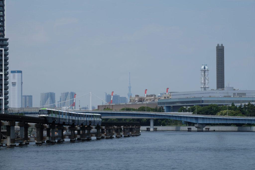 川の上の橋  中程度の精度で自動的に生成された説明