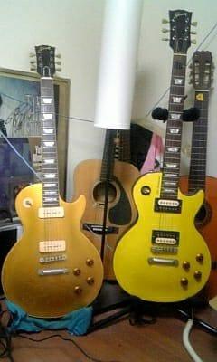 左:Gibson Les Paul Gold Top '56 C/S 右:Gibson Les Paul TAK Matsumoto Signature Model