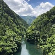 山間の多摩川