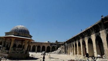 تأثر الجامع بالمعارك الدائرة في حلب خلال الحرب السورية سنة 2013 فبالإضافة إلى تدمير مئذنته وسط اتهامات بين المعارضة والنظام، تعرضت مكتبته التاريخية للحرق نتيجة للمعارك الدائرة في محيطه. منذ نيسان/ أبريل 2013 اُعتبر المسجد من أحد مناطق الاشتباكات بين المسلحين والحكومة السورية، التي تتمركز بمنطقة غير بعيدة عن المسجد.