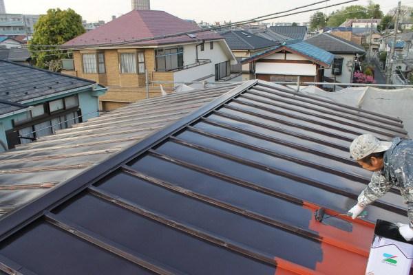 トタン屋根の塗装する職人