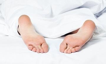 как человек держит ноги во сне