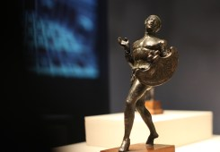 青铜小雕像