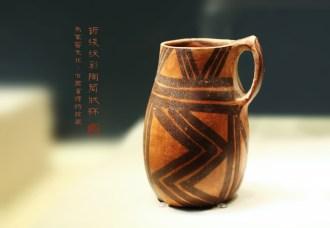 折线纹彩陶筒状杯