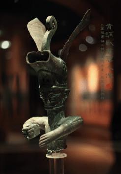 青铜兽首冠人像