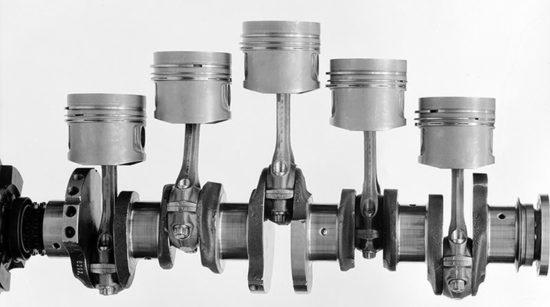 Kolenasto vratilo uvek ima jedan ležaj više nego li redni motor cilindara. U ovom slučaju reč je o 5-cilindričnom motoru iz Mercedes-Benza 240 D (1974.) čije je kolenasto vratilo postavljeno u 6 ležajeva (Daimler AG)