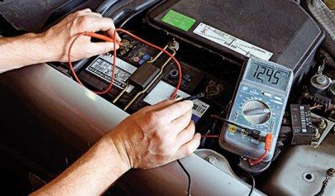 1. Uređaj pokazuje voltažu, odnosno detektuje stanje akumulatora. Vrlo je bitno da stanje baterije proverite u servisu.