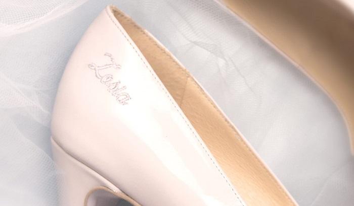 buty ślubne z napisem